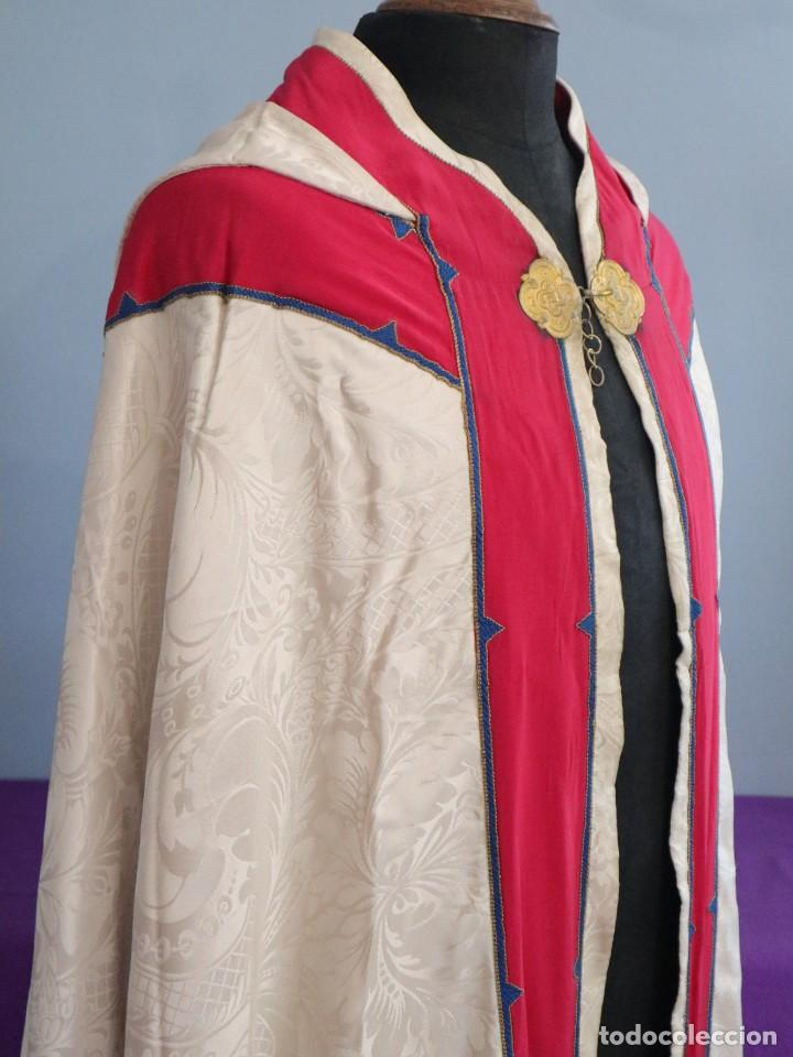 Antigüedades: Capa pluvial de seda en corte moderno acompañada de humeral. Años 60. - Foto 16 - 276410408