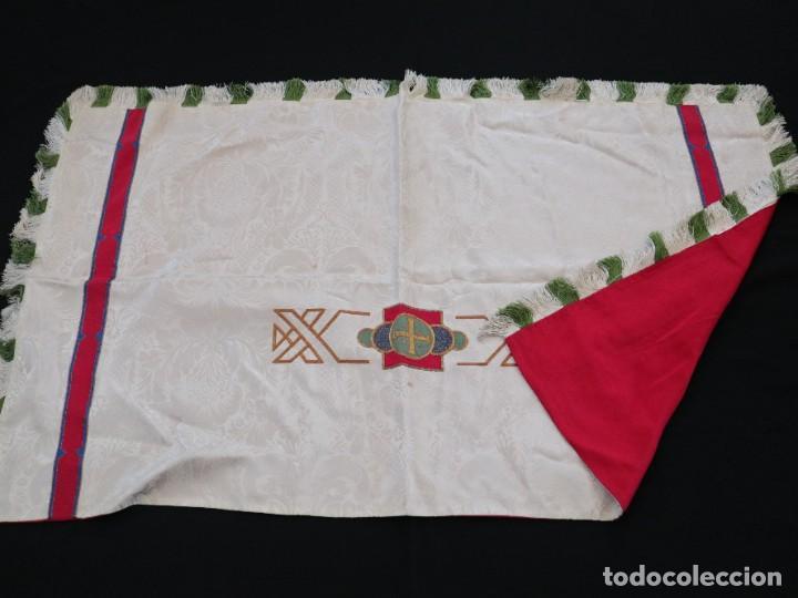 Antigüedades: Capa pluvial de seda en corte moderno acompañada de humeral. Años 60. - Foto 23 - 276410408