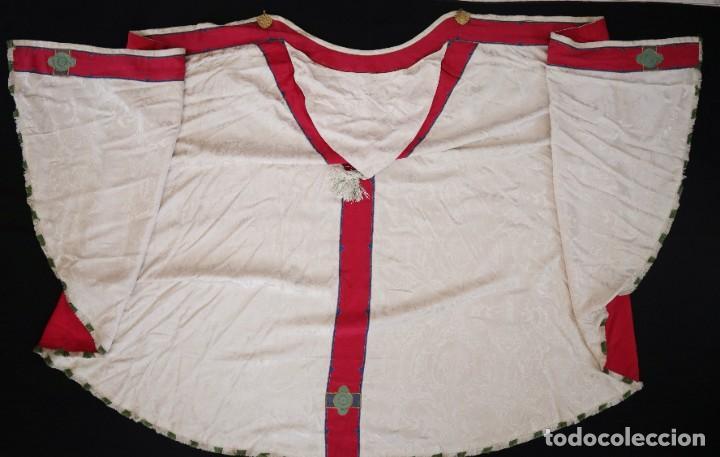 Antigüedades: Capa pluvial de seda en corte moderno acompañada de humeral. Años 60. - Foto 24 - 276410408