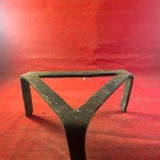 Antigüedades: BASE TRÍPODE DE HIERRO COCINA. Lote 276437323