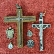 Antigüedades: CONJUNTO DE CRUCIFIJOS Y MEDALLAS RELIGIOSAS. PLATA Y MADERA. SIGLO XX.. Lote 276441438