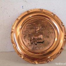 Antigüedades: CURIOSO PLATO DE DECORACIÓN EN RELIEVE DE COBRE, ESCENA COSTUMBRISTA, UNOS 31 CMS.. Lote 276448768