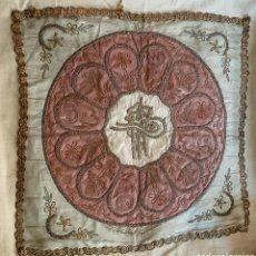Antigüedades: PAÑO DE SEDA COLOR ROSA Y VERDE CON HILO DE PLATA Y ORO. TRABAJO OTOMANO SIGLO XVIII.. Lote 276467223