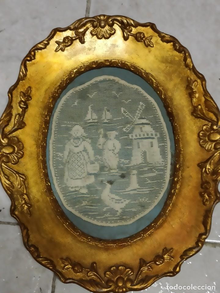 CUADRO DORADO CON ANTIGUO PAÑO BORDADO, 25 X 20 (Antigüedades - Hogar y Decoración - Manteles Antiguos)
