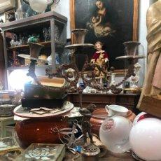 Antigüedades: ANTIGUO CANDELABRO DE METAL CON TRES BRAZOS - MEDIDA 39X28 CM. Lote 276550118