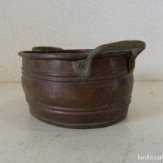 Antiquités: ANTIGUA CAZUELA, POTE O SIMILAR, DE COBRE MARTILLEADO Y ASAS DE BRONCE, UNOS 26 CMS. DE LARGO. Lote 276565258