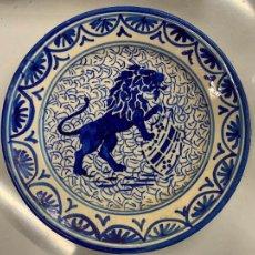 Antigüedades: PRECIOSO PLATO, PINTADO A MANO EN AZUL COBALTO, LEON RAMPANTE. MIDE UNOS 23CMS DE DIAMETRO. Lote 276570268