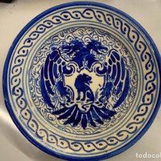 Antigüedades: PRECIOSO PLATO, PINTADO A MANO EN AZUL COBALTO, AGUILA BICEFALA Y LEON. MIDE UNOS 23CMS DE DIAMETRO. Lote 276578138