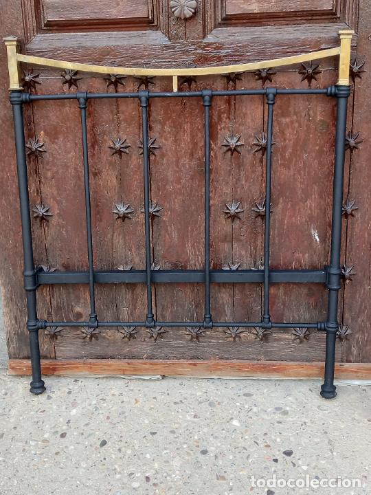 2 ) CAMA COMPLETA ANTIGUA EN HIERRO Y LATON - CABECERO - PIECERO Y DOS BARRAS. (Antigüedades - Muebles Antiguos - Camas Antiguas)