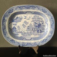 Antigüedades: ANTIGUA GRAN BANDEJA DE PORCELANA BLANCA Y AZUL BLUE AND WHITE WILLOW PATTERN INGLATERRA S XIX. Lote 276628958