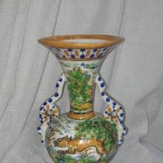 Antigüedades: BELLO ANTIGUO JARRÓN DE CERÁMICA V.G SPAIN TALAVERA CON BELLOS MOTIVOS Y COLORES 25CM. Lote 276683243