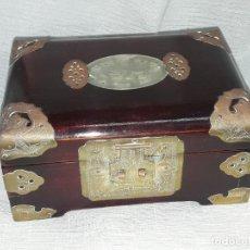 Antigüedades: BELLA CAJA JOYERO DE MADERA LACADA Y REMATES DE BRONCE CON MEDALLÓN DE JADE ORIENTAL. Lote 276684183