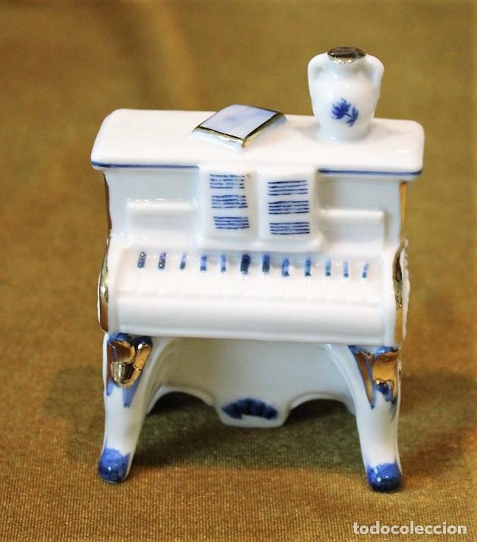 Antigüedades: Dúo clavicornio y violín, porcelana esmaltada, tres piezas - Foto 6 - 276704623