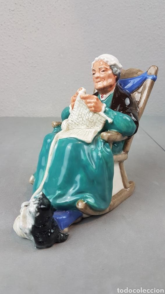 Antigüedades: Figura de Crepúsculo Royal Doulton HN 2256 ~ Anciana sentada tejiendo con su gato a sus pies - Foto 2 - 276716103
