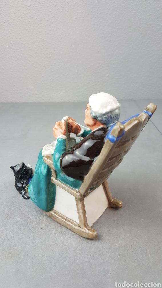 Antigüedades: Figura de Crepúsculo Royal Doulton HN 2256 ~ Anciana sentada tejiendo con su gato a sus pies - Foto 4 - 276716103