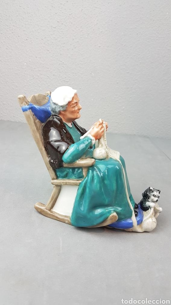 Antigüedades: Figura de Crepúsculo Royal Doulton HN 2256 ~ Anciana sentada tejiendo con su gato a sus pies - Foto 5 - 276716103