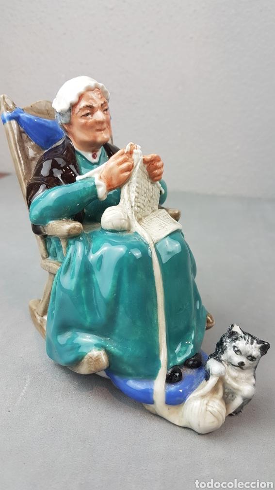 Antigüedades: Figura de Crepúsculo Royal Doulton HN 2256 ~ Anciana sentada tejiendo con su gato a sus pies - Foto 6 - 276716103