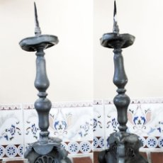 Antigüedades: ANTIGUO CANDELABRO DE IGLESIA EN ESTAÑO O PLOMO MIDE 29 CM DE ALTO MAS 6 DEL PINCHO PARA LA VELA. Lote 276754053