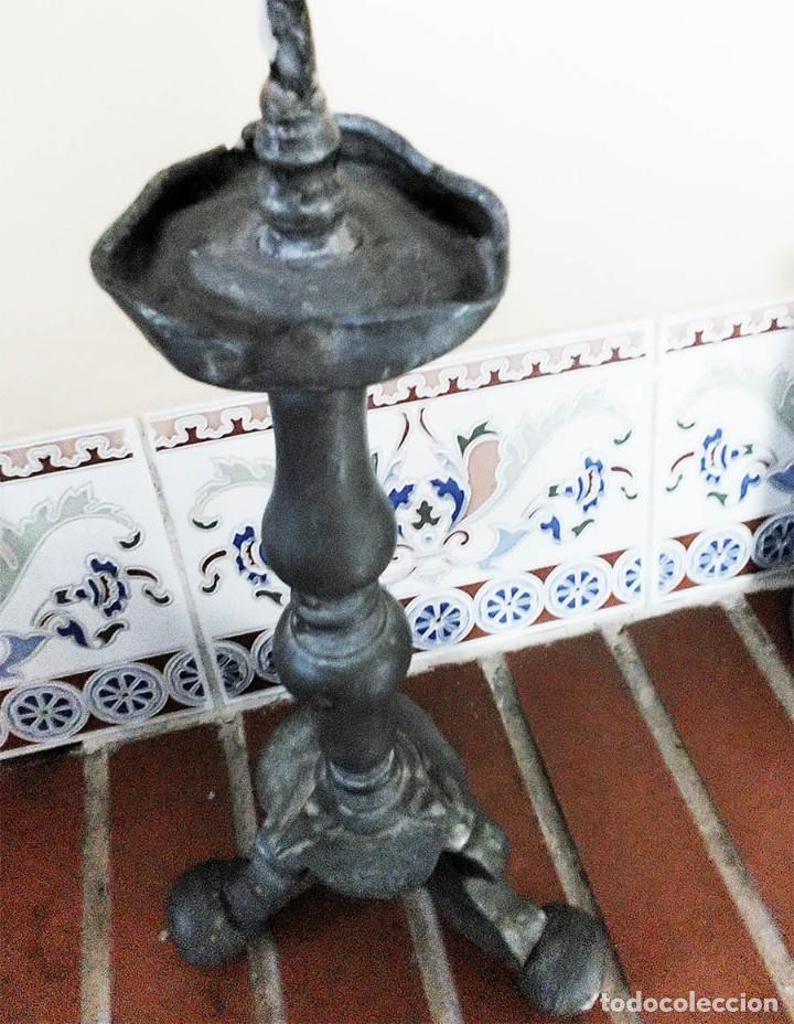 Antigüedades: ANTIGUO CANDELABRO DE IGLESIA EN ESTAÑO O PLOMO MIDE 29 CM DE ALTO MAS 6 DEL PINCHO PARA LA VELA - Foto 4 - 276754053