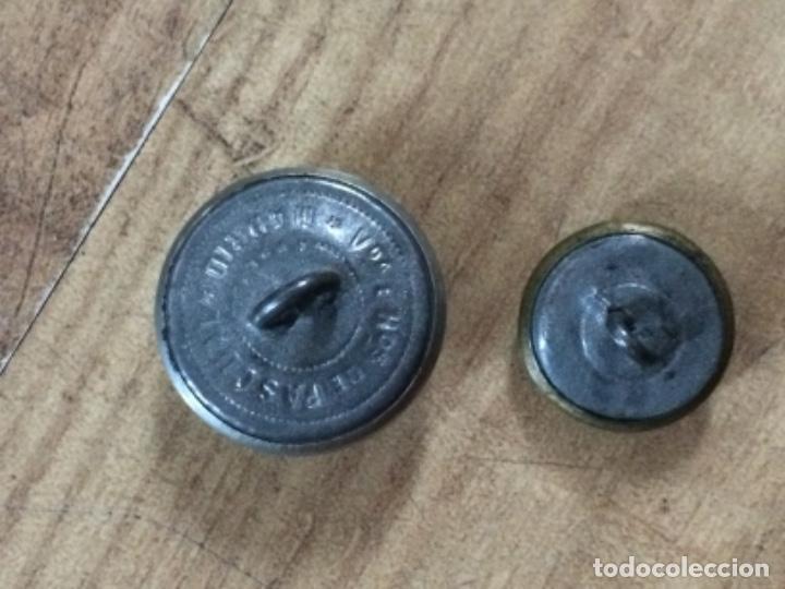 Antigüedades: LOTE 2 BOTONES Y 2 INSIGNIAS DE UNIFORME - Foto 8 - 276940273