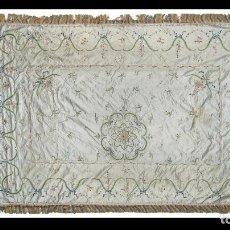 Antigüedades: COLCHA CARLOS IV EN SEDA DE RASO BORDADA CON FLORES Y FESTONES EN HILOS DE COLOR. MANILA, H. 1800.. Lote 276563168