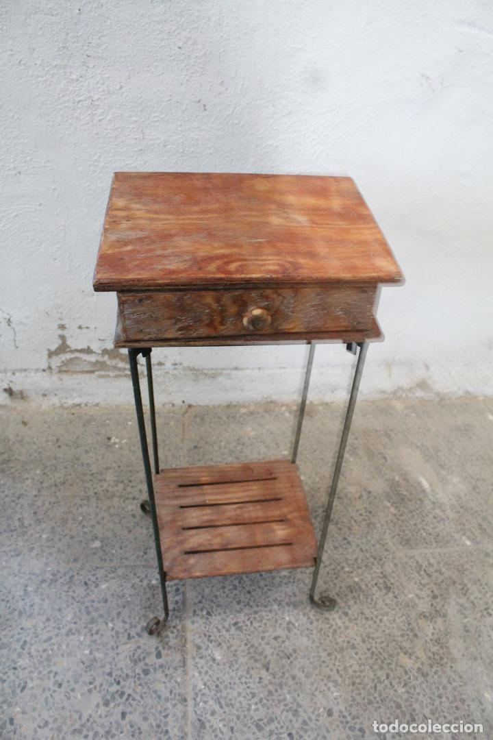Antigüedades: mesa auxiliar de hierro y madera tropical - Foto 4 - 276984948