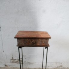 Antigüedades: MESA AUXILIAR DE HIERRO Y MADERA TROPICAL. Lote 276984948