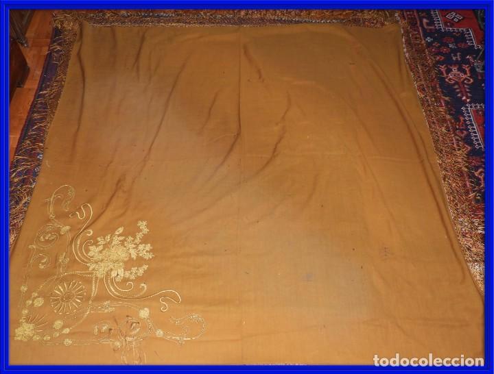 MANTON DE LANA CON BORDADOS EN UNA ESQUINA (Antigüedades - Moda - Mantones Antiguos)
