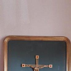 Antigüedades: CRUCIFIJO CON CRISTO DE LATÓN O BRONCE ENMARCADO. MEDIDAS DE LA CRUZ DEL CRISTO 39 X 25 CMS.. Lote 277027018