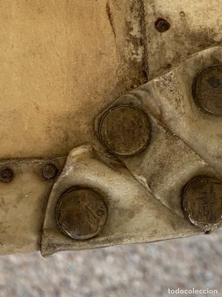 Antigüedades: MALETA FICHET FRANCIA CIERRES BRONCE CUBIERTA PERGAMINO REFUERZOS QUIZAS PARA AUTO AÑOS 20 18X79X42C - Foto 14 - 277043008