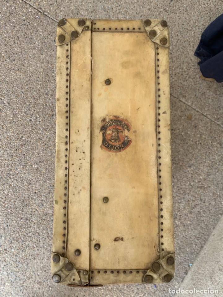 Antigüedades: MALETA FICHET FRANCIA CIERRES BRONCE CUBIERTA PERGAMINO REFUERZOS QUIZAS PARA AUTO AÑOS 20 18X79X42C - Foto 17 - 277043008