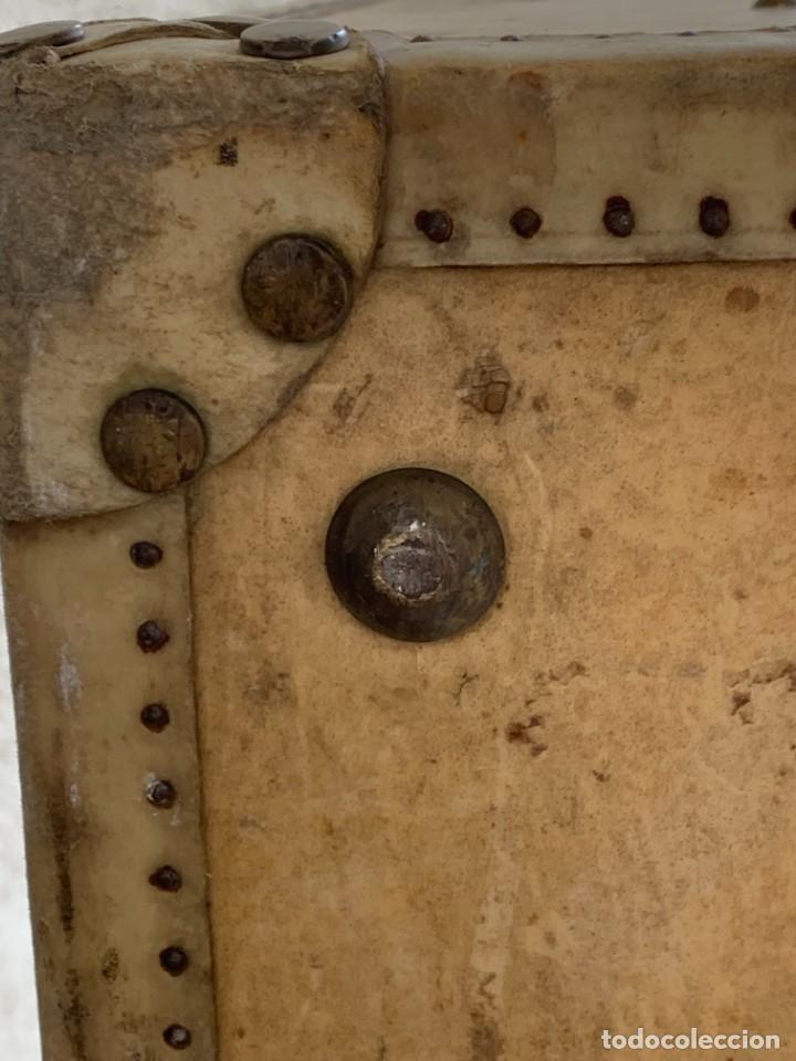 Antigüedades: MALETA FICHET FRANCIA CIERRES BRONCE CUBIERTA PERGAMINO REFUERZOS QUIZAS PARA AUTO AÑOS 20 18X79X42C - Foto 18 - 277043008