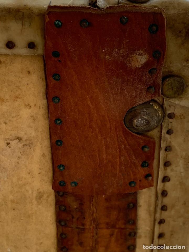 Antigüedades: MALETA FICHET FRANCIA CIERRES BRONCE CUBIERTA PERGAMINO REFUERZOS QUIZAS PARA AUTO AÑOS 20 18X79X42C - Foto 21 - 277043008