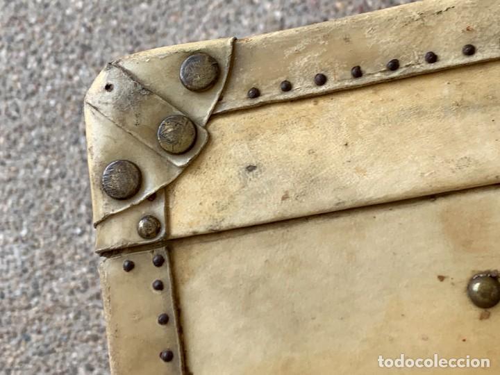 Antigüedades: MALETA FICHET FRANCIA CIERRES BRONCE CUBIERTA PERGAMINO REFUERZOS QUIZAS PARA AUTO AÑOS 20 18X79X42C - Foto 23 - 277043008