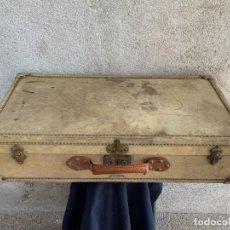 Antigüedades: MALETA FICHET FRANCIA CIERRES BRONCE CUBIERTA PERGAMINO REFUERZOS QUIZAS PARA AUTO AÑOS 20 18X79X42C. Lote 277043008
