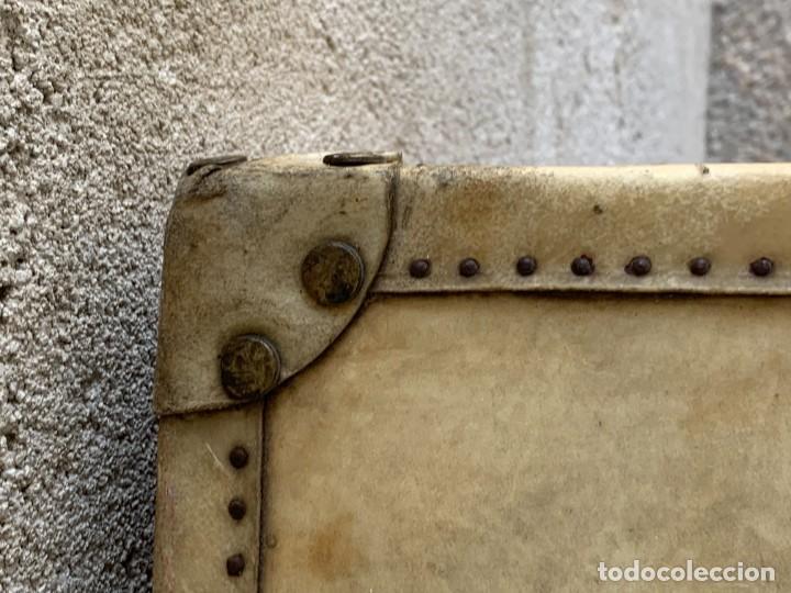 Antigüedades: MALETA FICHET FRANCIA CIERRES BRONCE CUBIERTA PERGAMINO REFUERZOS QUIZAS PARA AUTO AÑOS 20 18X79X42C - Foto 30 - 277043008