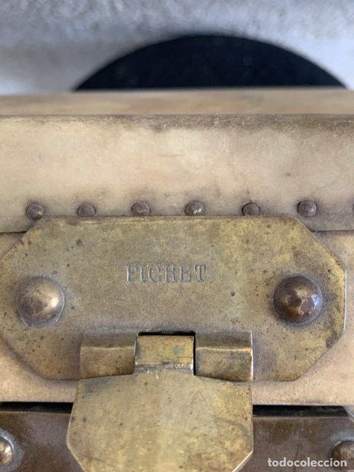 Antigüedades: MALETA FICHET FRANCIA CIERRES BRONCE CUBIERTA PERGAMINO REFUERZOS QUIZAS PARA AUTO AÑOS 20 18X79X42C - Foto 2 - 277043008