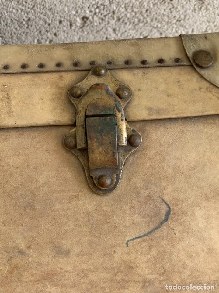 Antigüedades: MALETA FICHET FRANCIA CIERRES BRONCE CUBIERTA PERGAMINO REFUERZOS QUIZAS PARA AUTO AÑOS 20 18X79X42C - Foto 34 - 277043008