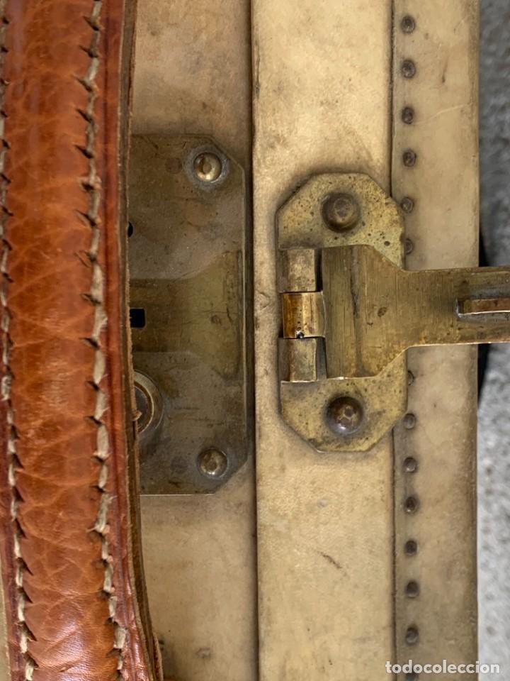 Antigüedades: MALETA FICHET FRANCIA CIERRES BRONCE CUBIERTA PERGAMINO REFUERZOS QUIZAS PARA AUTO AÑOS 20 18X79X42C - Foto 39 - 277043008