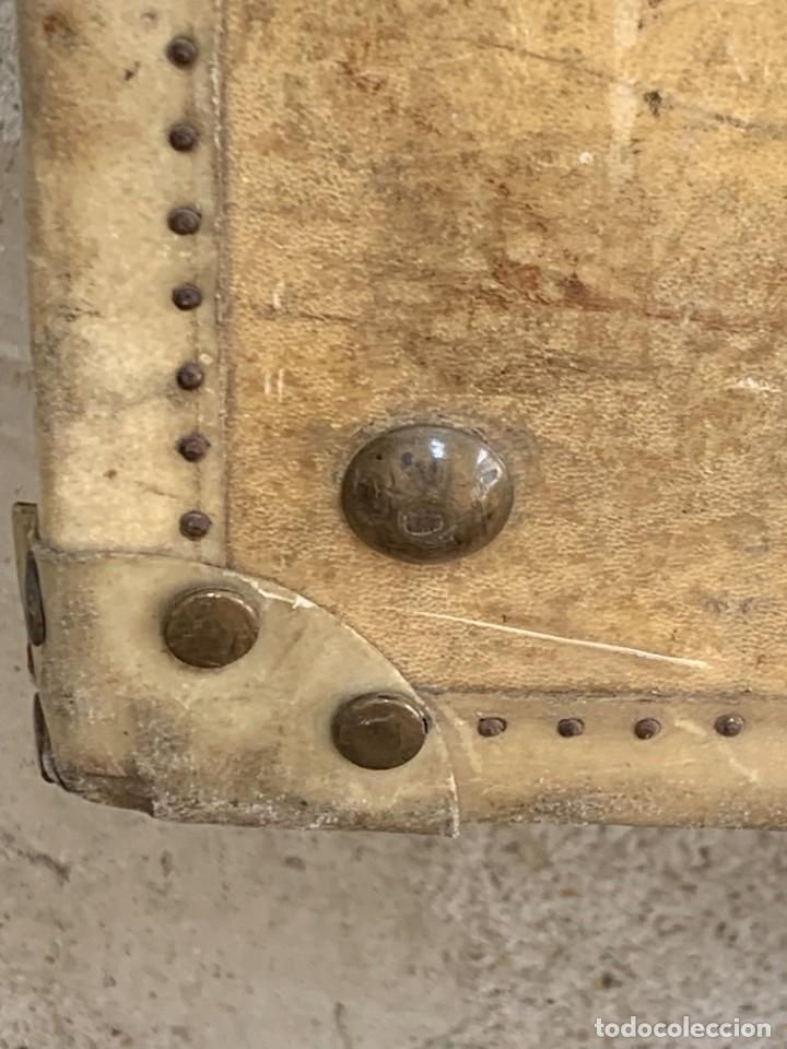 Antigüedades: MALETA FICHET FRANCIA CIERRES BRONCE CUBIERTA PERGAMINO REFUERZOS QUIZAS PARA AUTO AÑOS 20 18X79X42C - Foto 43 - 277043008