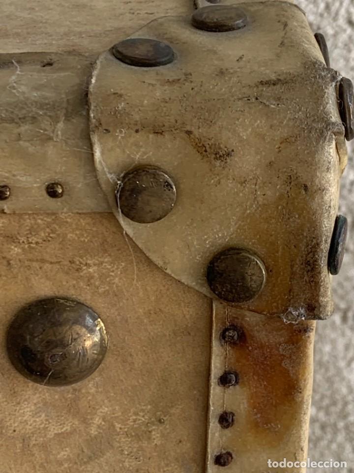 Antigüedades: MALETA FICHET FRANCIA CIERRES BRONCE CUBIERTA PERGAMINO REFUERZOS QUIZAS PARA AUTO AÑOS 20 18X79X42C - Foto 45 - 277043008