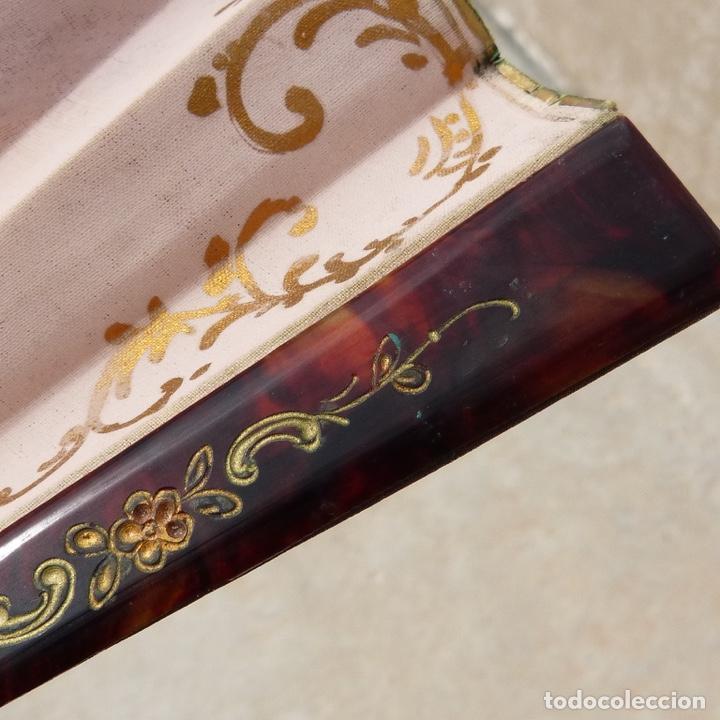 Antigüedades: antiguo abanico de celuloide, simil carey, pintado a mano, escena costumbrista, - Foto 9 - 277048298