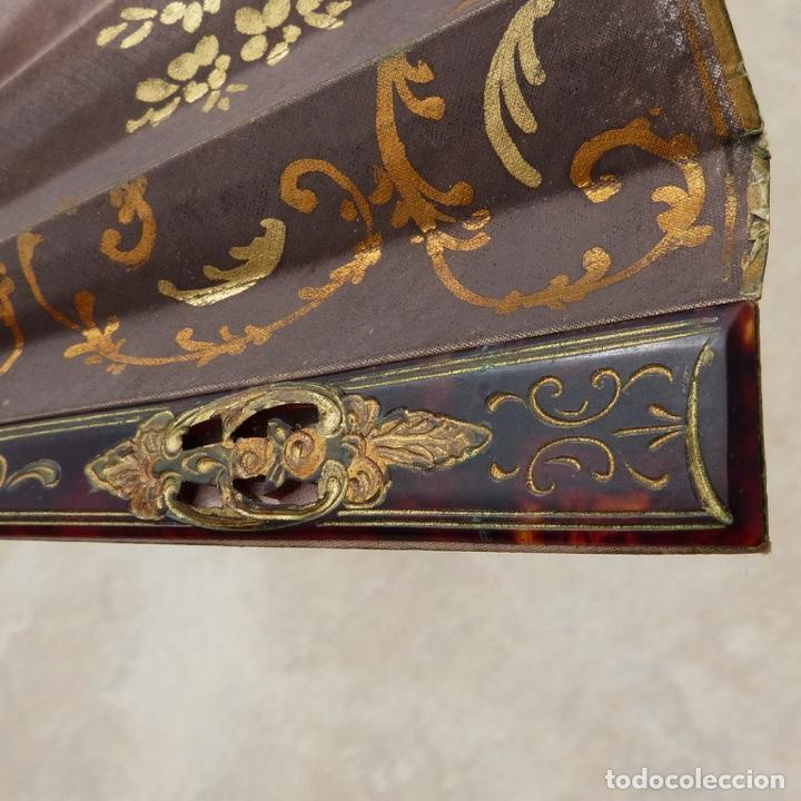 Antigüedades: antiguo abanico de celuloide, simil carey, pintado a mano, escena costumbrista, - Foto 10 - 277048298