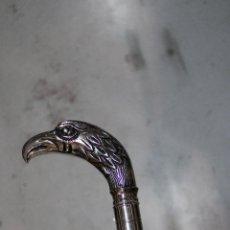 Antigüedades: BASTON DE MADERA CON EMPUÑADURA AGUILA DE METAL. Lote 277109403