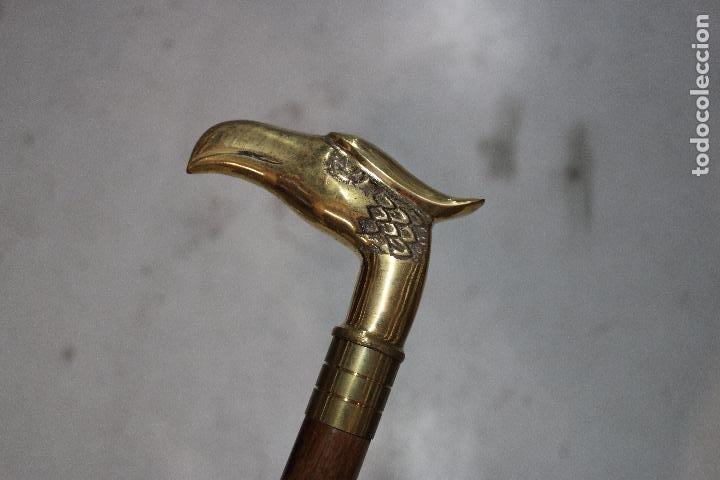 BASTON DE MADERA CON EMPUÑADURA AGUILA DE METAL (Antigüedades - Moda - Bastones Antiguos)