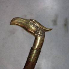Antigüedades: BASTON DE MADERA CON EMPUÑADURA AGUILA DE METAL. Lote 277109543