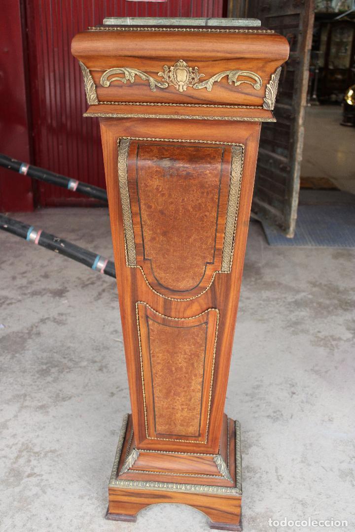 COLUMNA PEANA PEDESTAL EN MADERA Y BRONCE CON TABLERO DE MARMOL (Antigüedades - Muebles Antiguos - Mesas Antiguas)