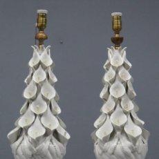 Antigüedades: PAREJA DE LAMPARAS DE MANISES. BASE DE MADERA EN PAN ORO. MEDIADOS SIGLO XX. Lote 277154783