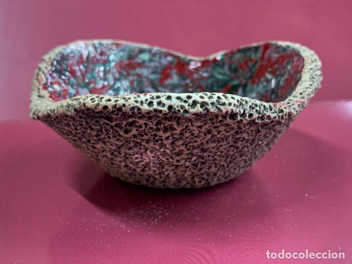Antigüedades: Encantador cuenco o bol de ceramica vidriada o esmaltada, arte rupestre. Mide 10cms de diametro - Foto 2 - 277180903
