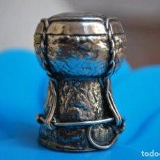Antigüedades: BONITO SUVENIR TAPON DE BOTELLA DE MAGRINO EN PLATA CON CORCHO DE VINOS.. Lote 277191928